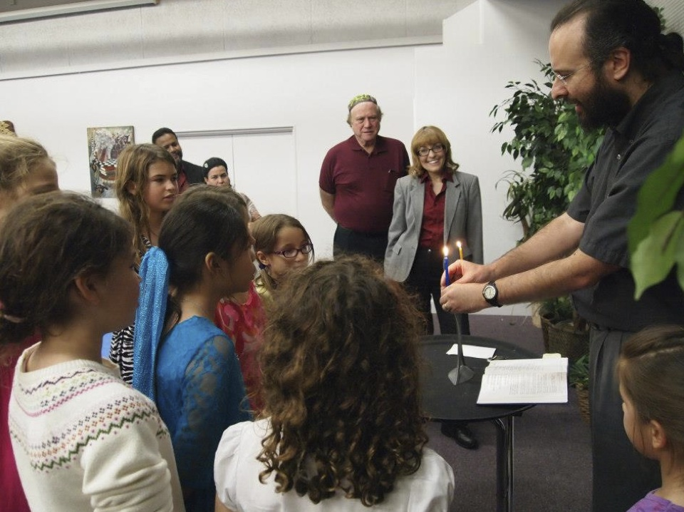 Rabbi Joshua Neely of Temple Israel (50 S. Moss Rd., Winter Springs, FL)  captures the attention of the youth.